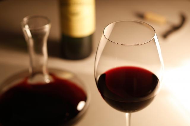 赤ワインと白ワインのグラスの大きさが違うのはなぜ?